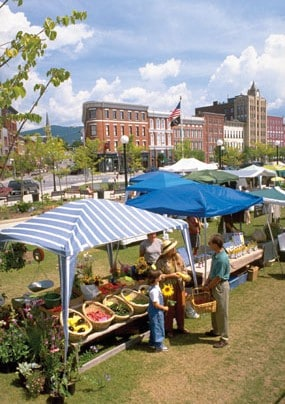 Summer is here: the outdoor market opens